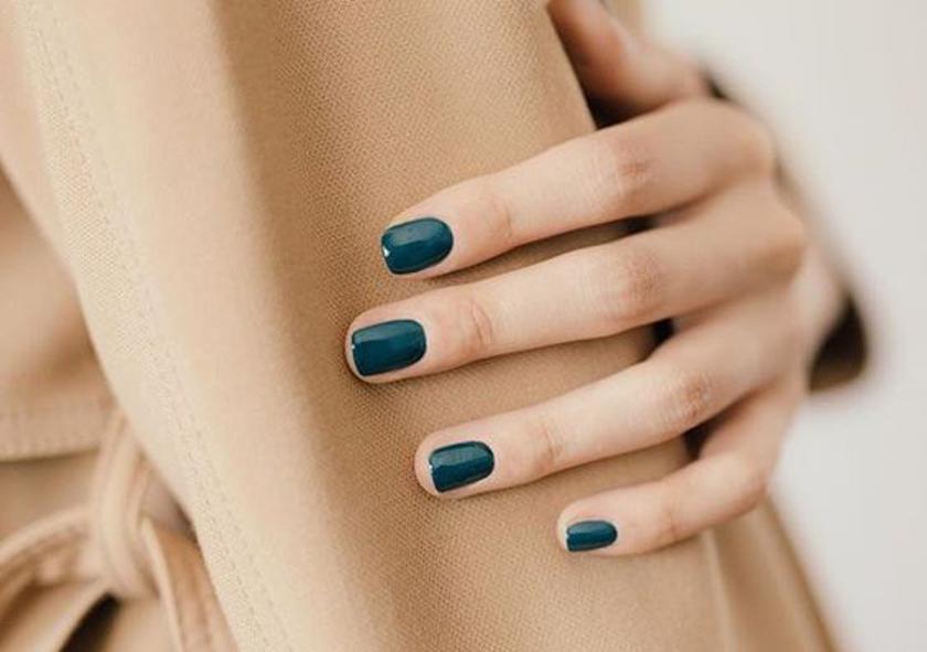 Cómo llevar manicuras oscuras: ¡más allá del negro!