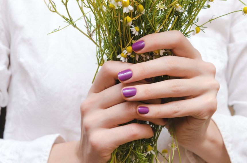 Manicuras de temporada: los tonos de uñas que más rejuvenecen