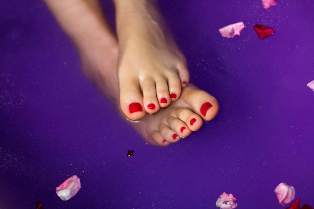 Enseña los pies: los colores de uñas que se llevarán este verano