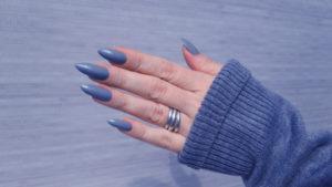 Manicura gris azulado