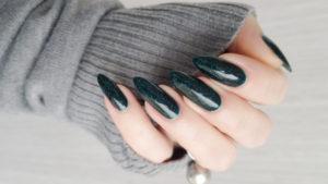 Manicura verde con glitter