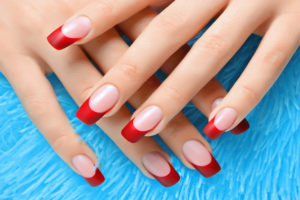Uñas con manicura francesa roja